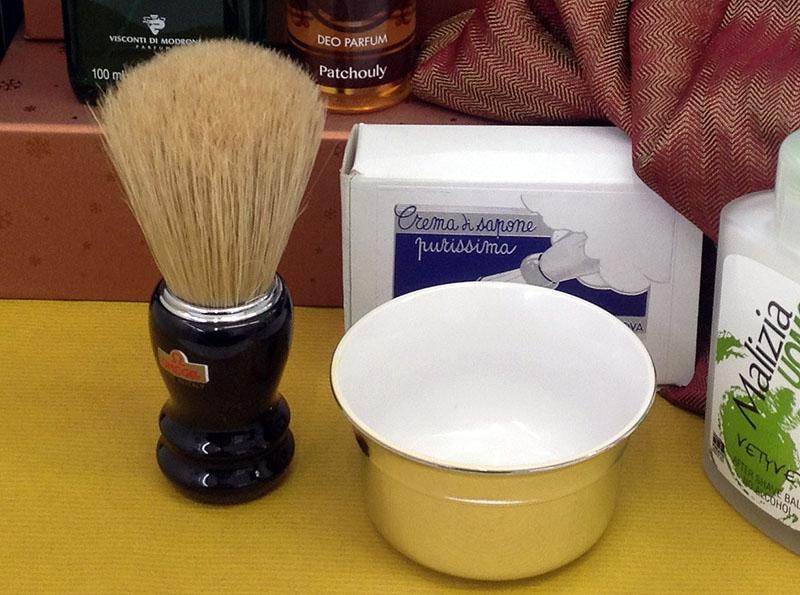 Pinsel und Tiegel für eine perfekte Rasur